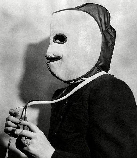 Hřejivá maska, která měla za úkol zlepšit cirkulaci krve a omladit tak vzhled.
