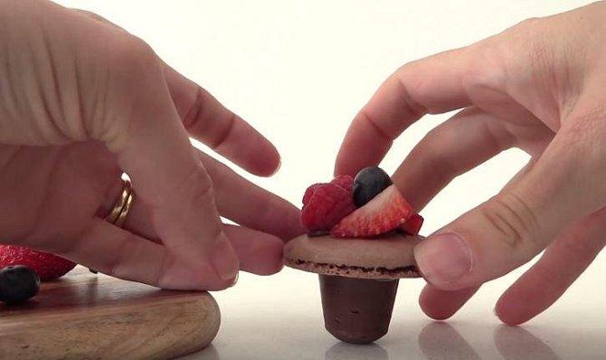 Kapkou čokolády přilepte na bonbón makrónku.