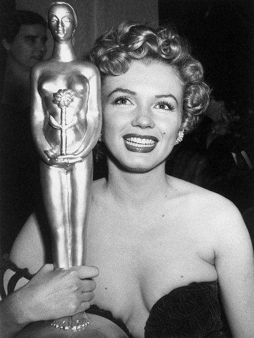 """17. Marilyn nebyla nikdy nominována na Oskara. Byla """"jen"""" dvakrát nominována na cenu BAFTA a rovněž dvakrát na Zlatý glóbus. Jediné ocenění, které ale získala, byl Zlatý glóbus za roli Sugar Kane v """"Někdo to rád horké""""."""