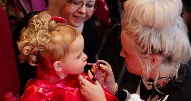 Silný make-up je už tak nějak samozřejmostí i u soutěžících batolat.