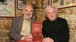 Ladislav Smoljak a Zdeněk Svěrák v Hospodě Na Mýtince u příležitosti předání ceny Andělé 2005 za desku roku mluvené slovo.