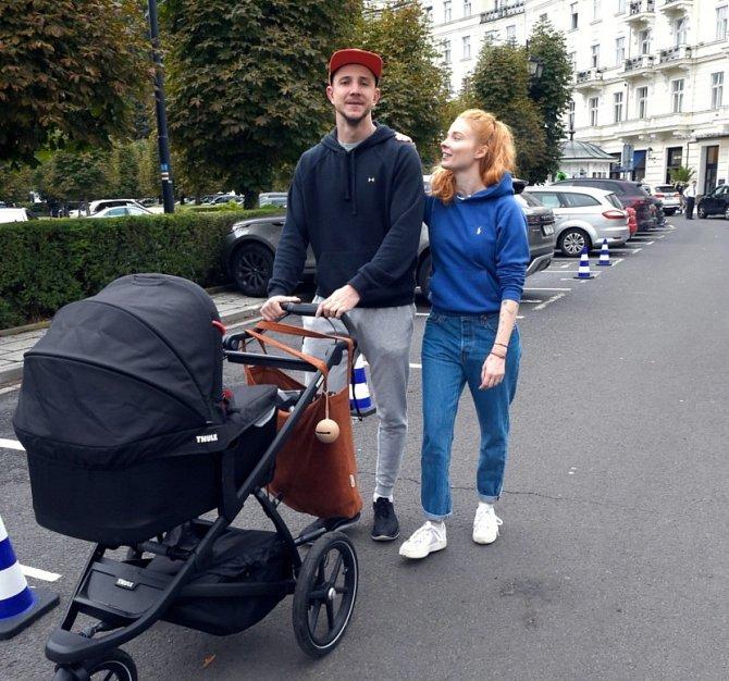 Jakub Štáfek vzal na filmový festival celou rodinu, dorazil i s přítelkyní Dominikou a dcerou Olívií.
