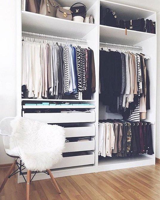 Třídit oblečení v šatně je jednoduché.