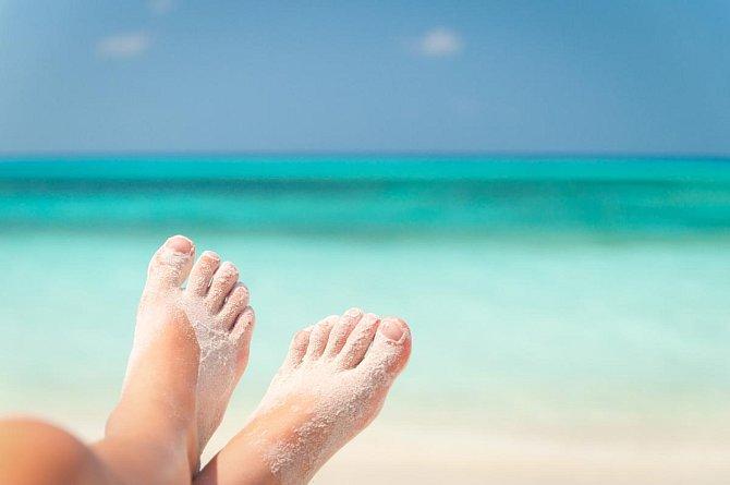 Ilustrační foto - nohy obalené pískem