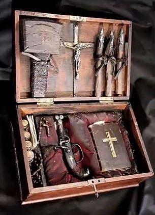 Kufr lovce upírů, 19. století