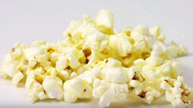 Popcorn do mikrovlnky v sobě obsahuje látku, která při pravidelné konzumaci může být tělu velmi škodlivá. Jsou známé případy, kdy lidé konzumovali doma připravený popcorn každý den a stálo je to život.