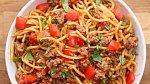 Taco špagety s mletým masem - Co budete potřebovat: 450 gramů mletého hovězího masa, olej, 1/2 hrnku cibule, 4 a 1/2 lžíce sezónního koření (dle chuti), 1 lžíce rajčatového protlaku, 285 gramů sterilovaných rajčat (ty z konzervy), 2...