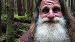 Les – Mick Dodge odešel před pětadvaceti lety do lesů ve státě Washington a začal žít prostý život.