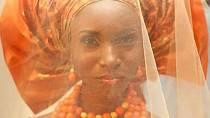 V Nigerii není barva šatů jednoznačně daná, podstatný je svatební šátek zvaný Gele.