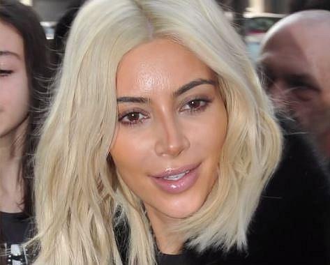 Kim Kardashian - Kim je nekorunovaná královna konturování. Tady si ale pravá strana obličeje nevšimla, co dělá levá a výsledek vidíte sami...