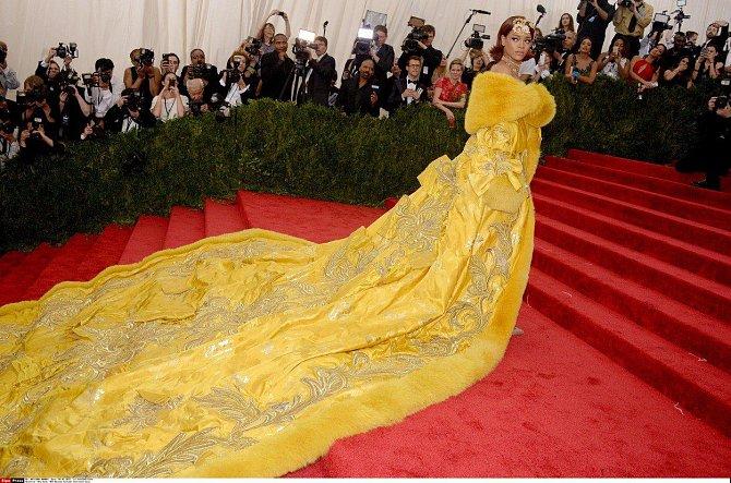Rihanna v gigantickém kostýmu na MetGala 4. 5. 2015 v New Yorku