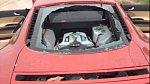 Tady se na autě podvedená žena slušně vyřádila.