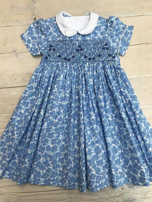 Modré šaty se daly pořídit za tisícovku.