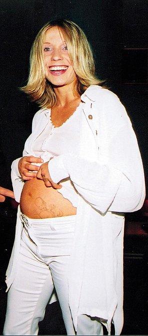 """Ani první těhotenství ji nezastavilo. """"Hned po porodu Samuela jsem si běžela pro drogy,"""" přiznala..."""