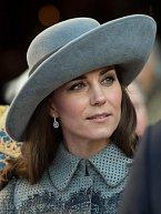 Šedivý, na můj kvus, moc usedlý klobouk s širokou krempou si vévodkyně Kate vzala na oslavu Commonwealth Day.