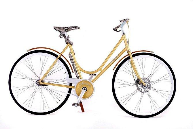 Kolo - 53 000 dolarů: Toto čtyřiadvaceti karátové kolo, má sedlo z hadí kůže a je osázeno swarovski kameny. Šlapat už ale musí majitelka sama.