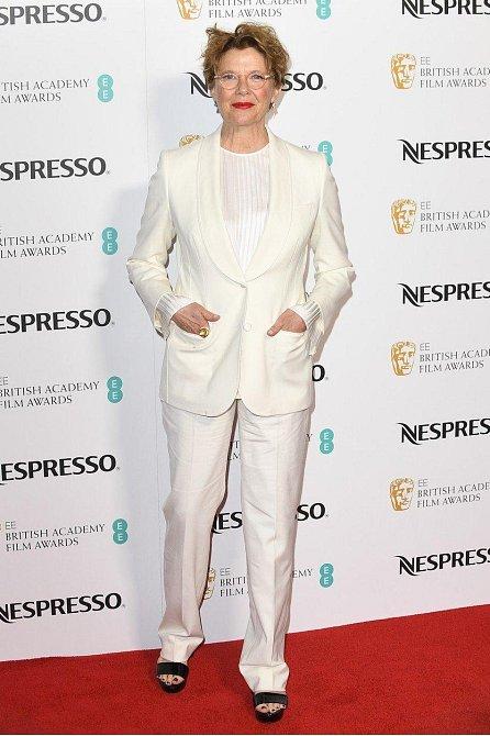 Annette Bening svou ženskost neutají ani v obleku.
