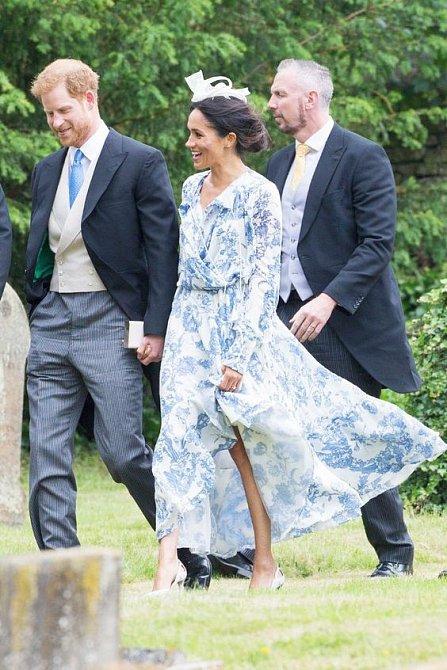 Nelichotivý střih šatů podnítil spekulace o těhotenství. Zbytečně.
