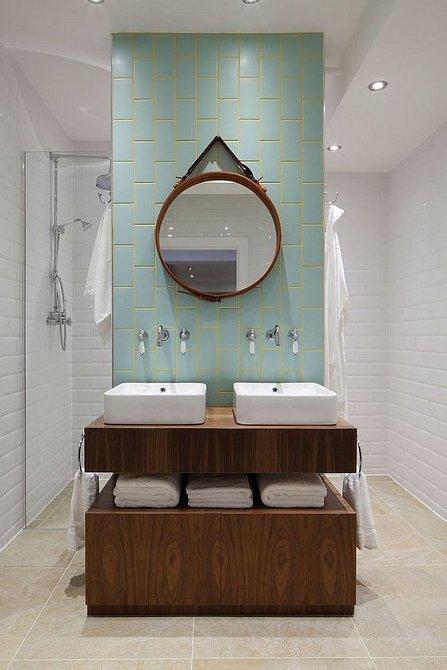 Výrazné zrcadlo, dřevo a netypická barva.
