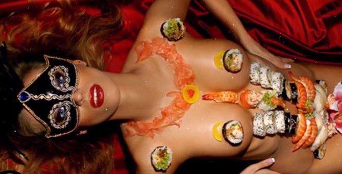 Nyotaimori je vyhlášená japonská restaurace. Veškeré speciality jsou zde servírovány na nahých ženských tělech.