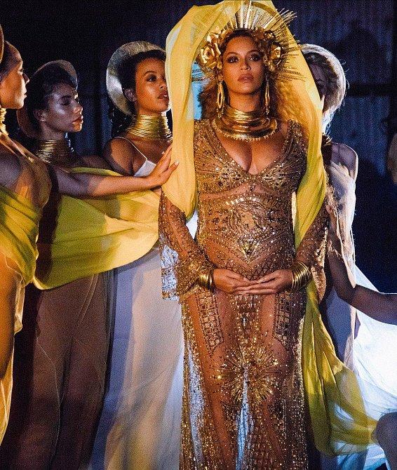 Beyoncé při vystoupení na cenách Grammy v Los Angeles 12. 2. 2017