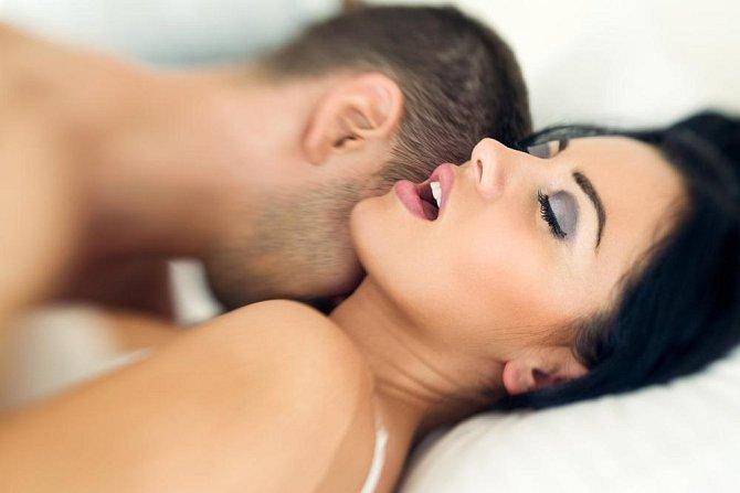 Opakovaně se ptá, jestli už jste měla orgasmus