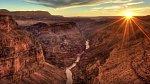 Grand Canyon, Arizona – Možná se vám zdá, že toto místo přece nemůže být nebezpečné. Omyl! Vzhledem k tomu, že je tu enormní množství lidí respektive turistů, kteří si ovšem nedávají pozor.