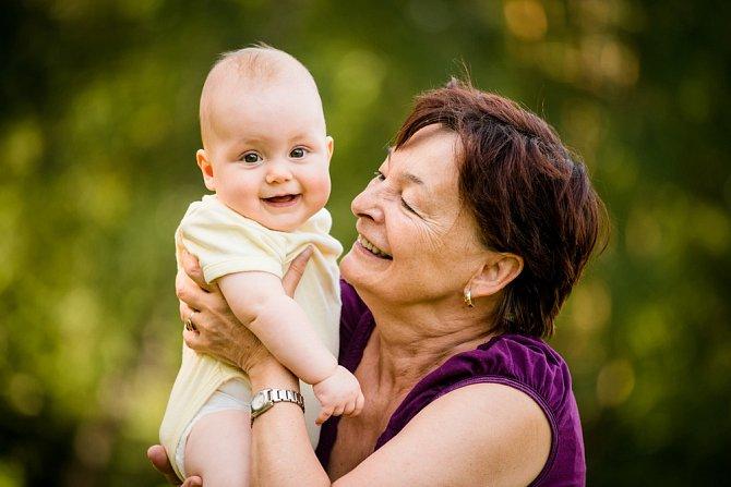Zkuste zapojit rodinu. Budete mít chvilku pro sebe a dítě se nebude upínat jen na své rodiče.
