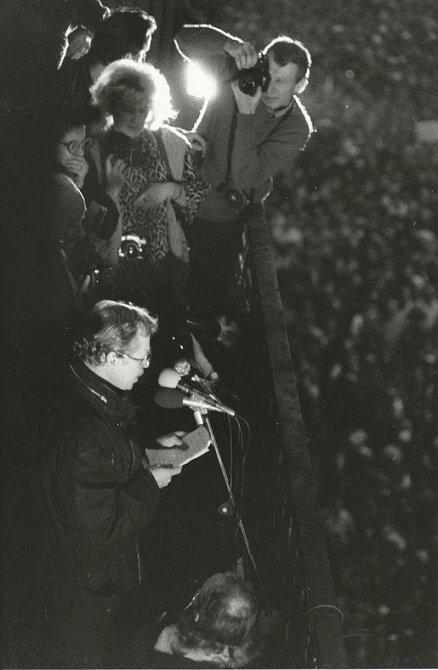 Havel promlouvá z balkonu Melantrichu k tisícihlavému davu na Václavském náměstí.