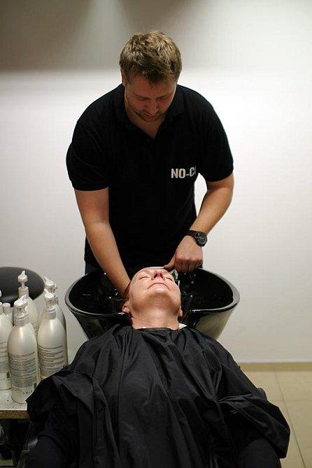 Mytí vlasů včetně příjemné masáže