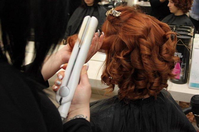 Po ozdravném střihu vlasů následuje závěrečná úprava.