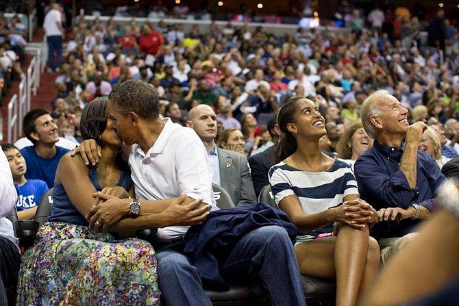 """Na zápase si Obamovi vyhlídla tzv. """"líbací kamera"""". Pár, který se o pauze během utkání objeví na plátně nad diváky, by se měl podle tradice políbit..."""