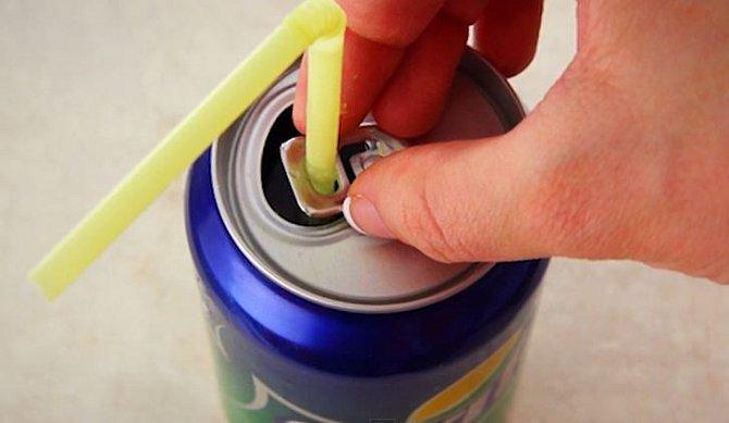 Otvor ve sponě sloužící k otvírání plechovky je určen k držení brčka. Stačí jen sponu po otevření plechovky opatrně otočit nad otvor a vložit do ní brčko.