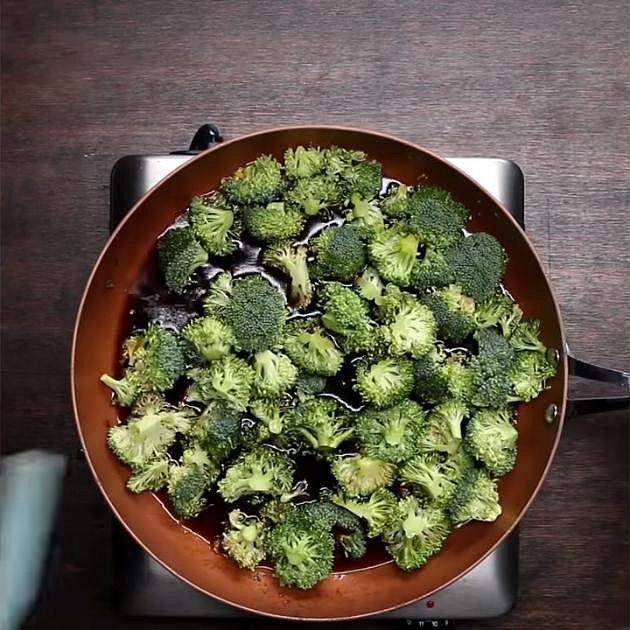 Na té samé pánvi smíchejte česnek, zázvor, sezamový olej, sójovou omáčku, hnědý cukr, med a hovězí vývar. Až se tekuté složky spojí, přisypte brokolici a dobře promíchejte. V malé mističce si smíchejte škrob s vodou a přilijt...