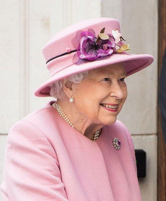 Královna musí být o příchodu nového člena královského rodiny informovaná jako první. Ať rodí Meghan v londýnské porodnici nebo doma.