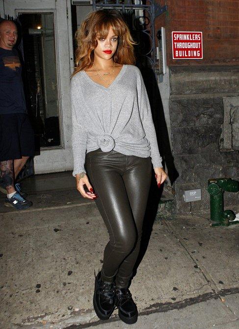 I Rihanna se shlédla v legínách. Zvolila imitaci kůže.