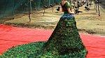 3. Svatební šaty z pavích per
