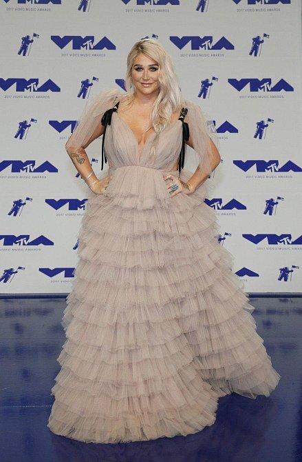 Kesha se pokusila svou nadváhu skrýt pod metry volánů...