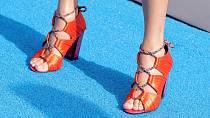 Taylor Swift se vyžívá v podpatcích.
