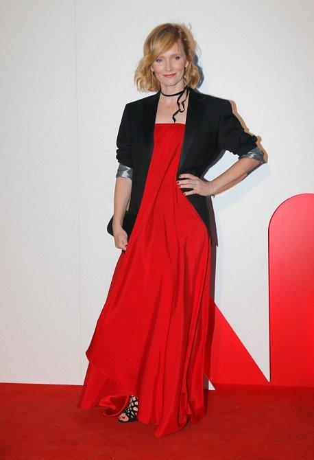 Aňa Geislerová - Kombinace objemných šatů a sáčka s vyhrnutými rukávy působí uvolněně. Sametka kolem krku je velký trend.