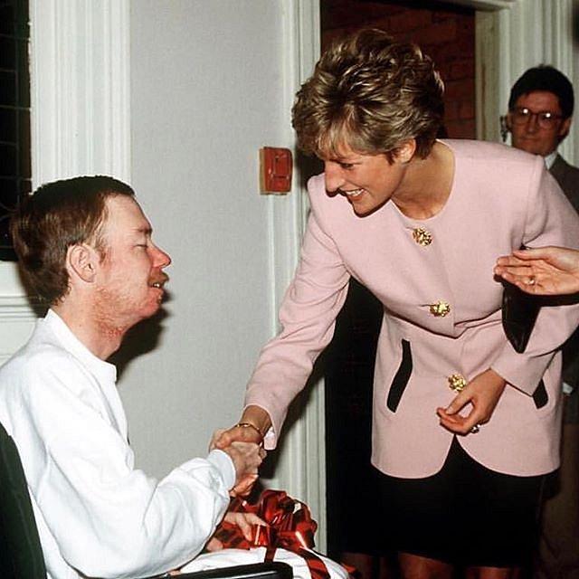 Princezna Diana se našla u charity a pomoci druhým.