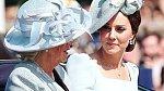 Kate přijela na slavnost v kočáru s nevlastní tchyní Camillou. William a jeho otec Charles přijeli na koních.