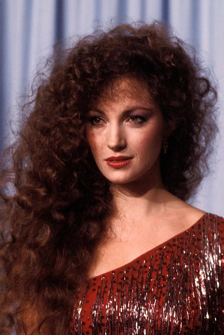 JANE SEYMOUR si se svými nádherrnými dlouhými bohatými vlasy mohla dovolit udělat cokoliv a stále vypadaly nádherně.