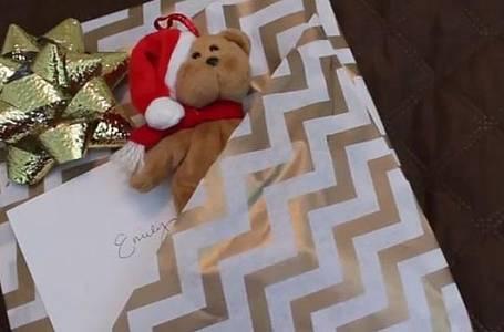 3 jednoduché způsoby, jak krásně a v pár vteřinách zabalit vánoční dárek. Tyhle určitě neznáte!