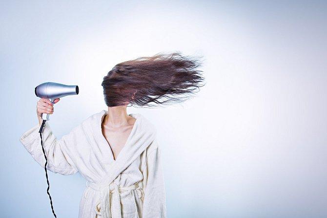 Časté fénování se vlasům moc nezamlouvá.