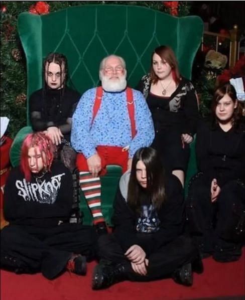 Santa nosí dárky i EMO dětem.