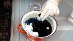 Přidáme vodu a modré potravinářské barvivo. Vaříme 10 minut.