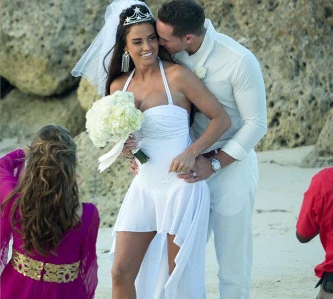 Opět svatba Katie Price, tentokrát si brala Kierana Haylera a zase se jí šaty moc nevydařily.