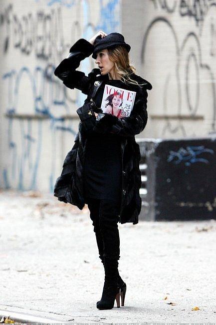 Herečka oděná komplet v černé je nezvyk, o to víc jí to ale sluší.