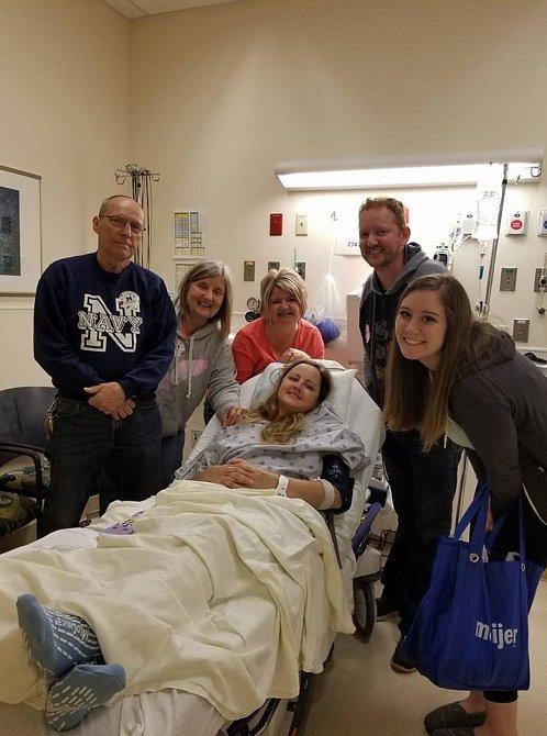 Carrie byla i v nemocnici plná optimismu a usmívala se.